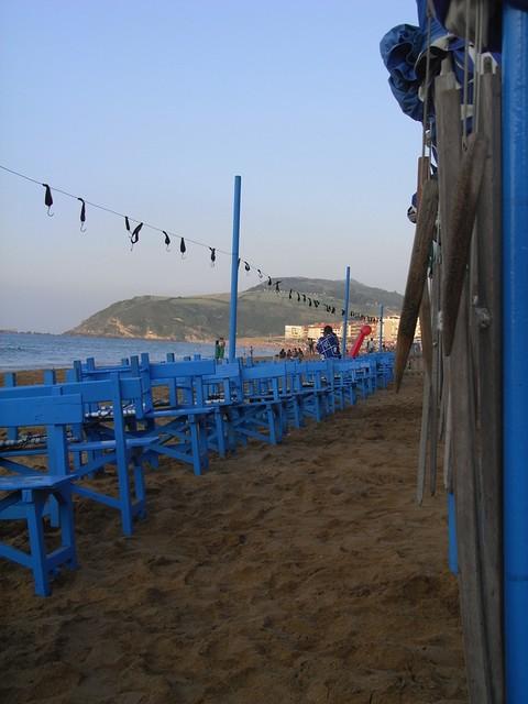 Los toldos de la playa de zarautz al acabar el d a flickr - Toldos para la playa ...