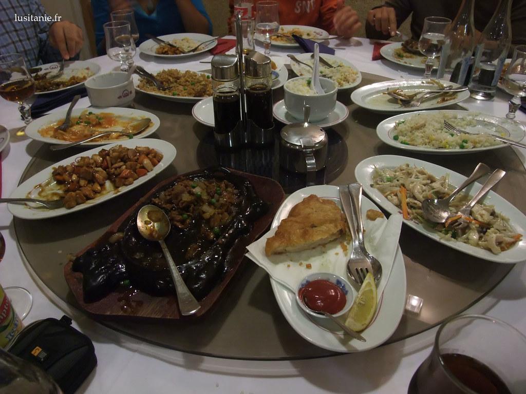 Table de restaurant chinois, garnie comme il faut