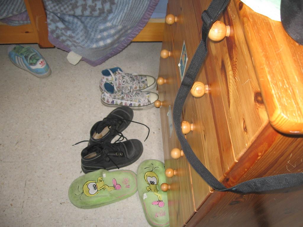 Chambre en bordel des chaussures qui tra nent un lit for Chambre en bordel
