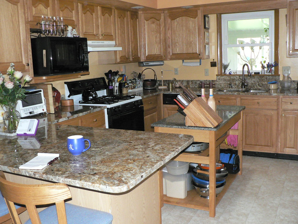 Kitchen Granite And Cabinets