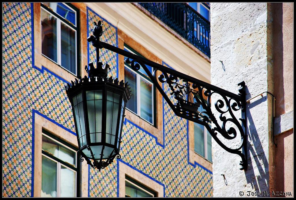 Lisboa portugal azulejos y farola en el chiado flickr - Alicatar encima de azulejos ...