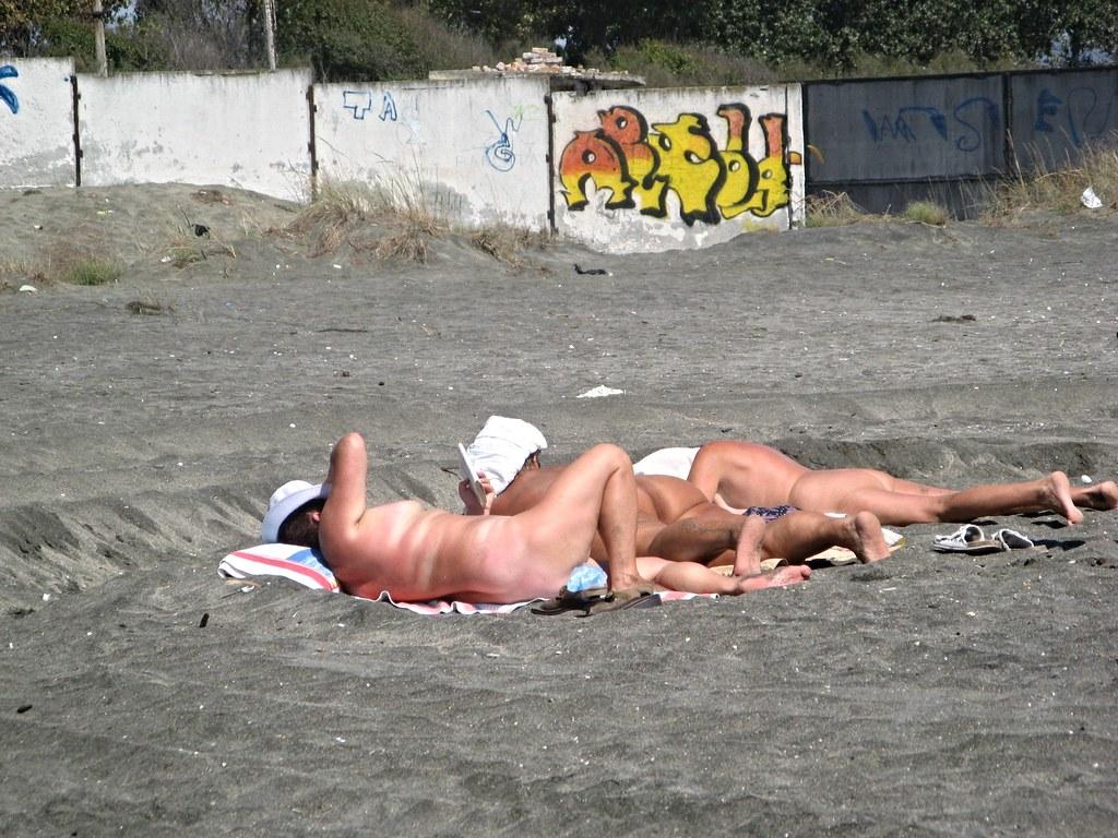Голі дівчата на пляжі