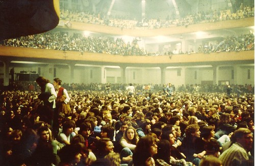 1977 - Pink Floyd - 1 - Audience is waiting at the Festhalle FFM-1