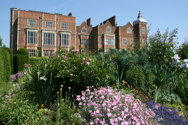 Hatfield house from the west parterre garden mark abel for Parterre 3d
