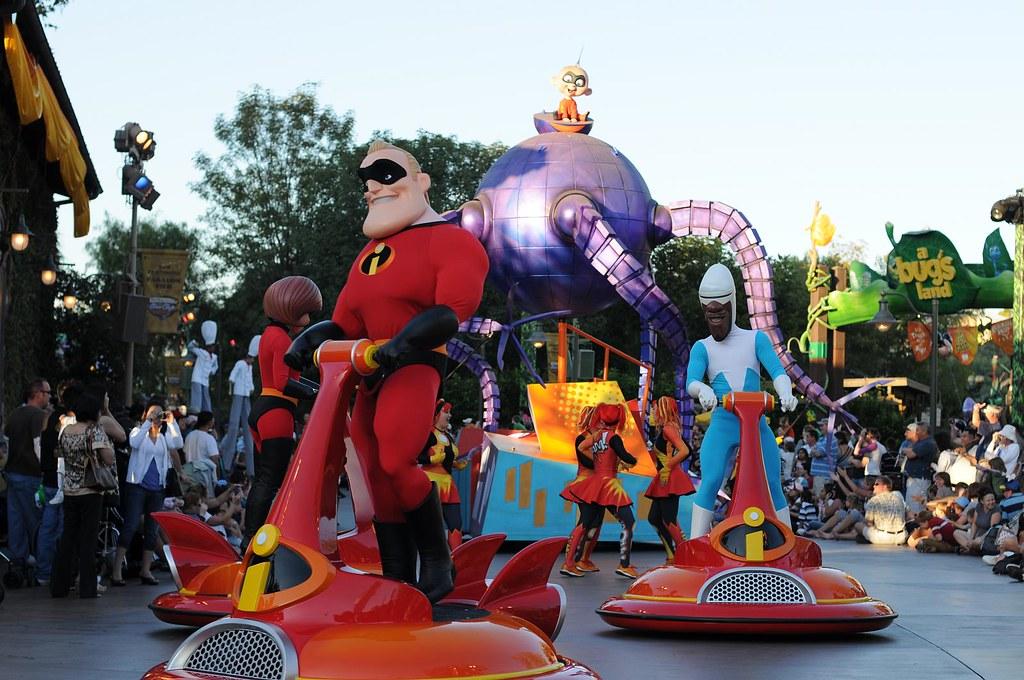 the incredibles in the wonderful pixar play parade at
