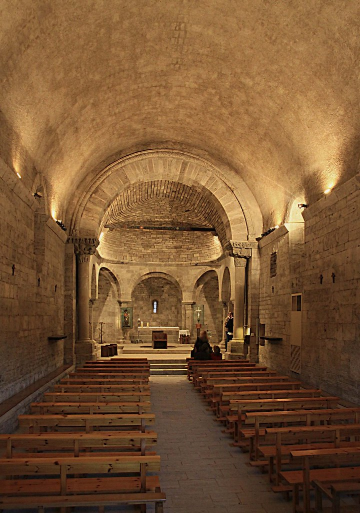 Interior iglesia medieval santa mar a de porqueres flickr for Interior iglesia romanica