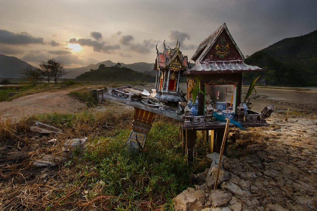 Brahmana spirit house in thailand i came across this for Thailand houses pictures