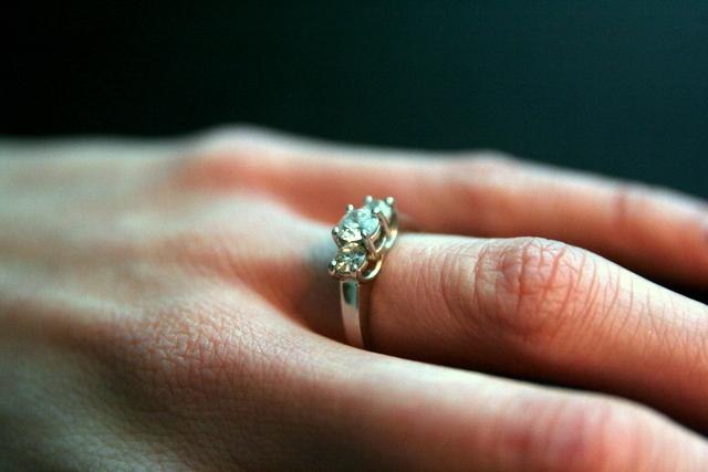 Cena pierścionka zaręczynowego ma wpływ na Wasz związek. Badania nie pozostawiają złudzeń