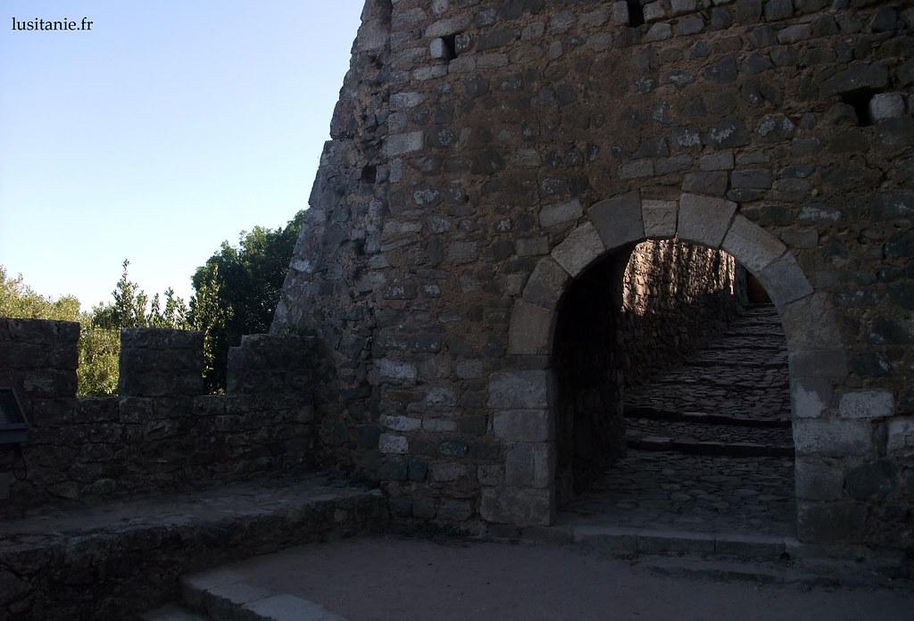 Le château est constitué de plusieurs enceintes, avec des passages entre chacune des enceintes