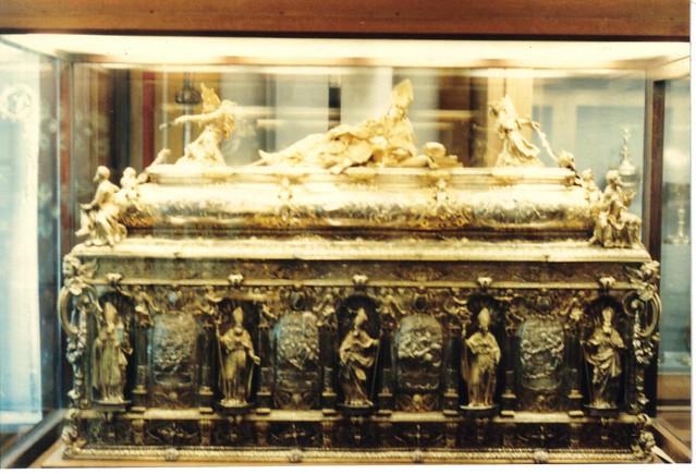 En gullfigur av den hellige Engelbert I av Köln pryder praktskrinet med hans relikvier i Domschatz i Köln