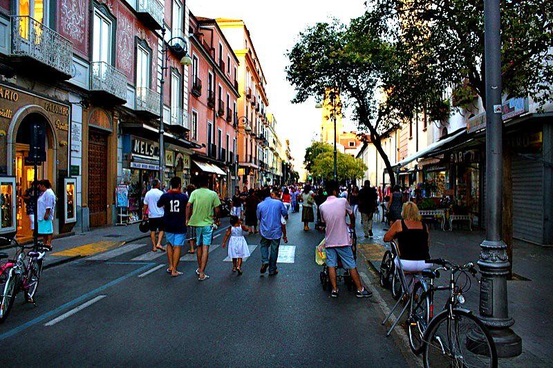 Corso italia sorrento the street is closed to traffic for Corso arredatore d interni roma