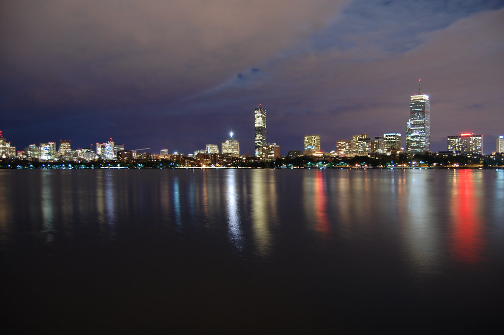 Reflejo de Boston en el río