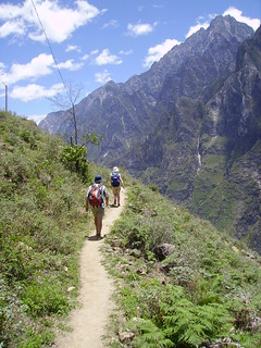 Hiking the Tiger Leaping Gorge | by das farbamt