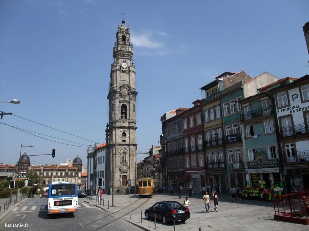 Le tramway passe devant la Torre dos Clérigos