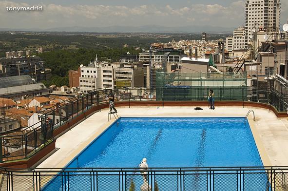 Piscina en la azotea del hotel emperador pues eso que for Follando en la piscina del hotel