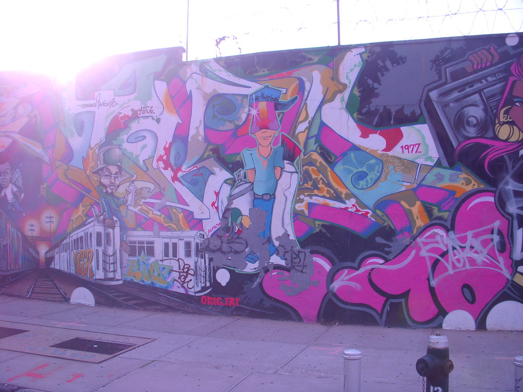 Graffiti mural graffiti mural along a williamsburg for Graffiti mural