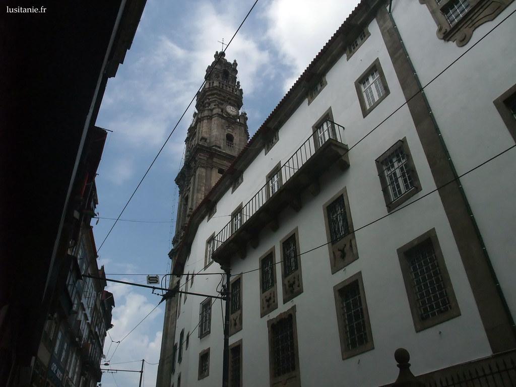 Les flancs de l'église ressemblent à une façade d'immeuble classique à Porto