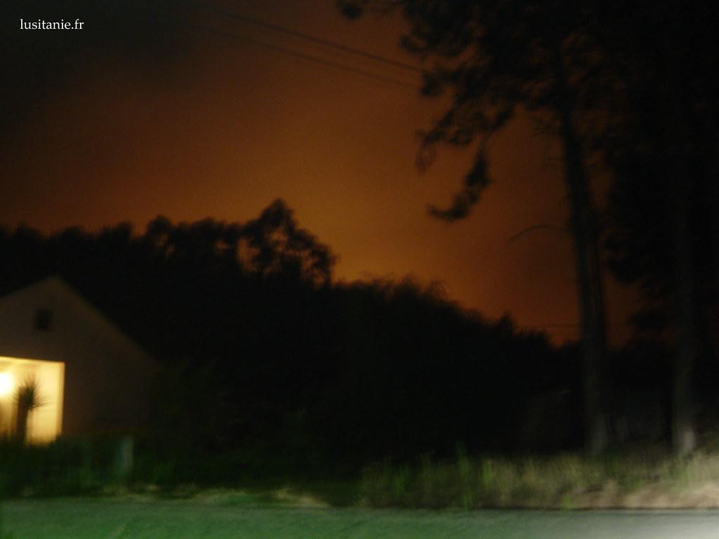 De nuit, les flammes se refletent dans les nuages
