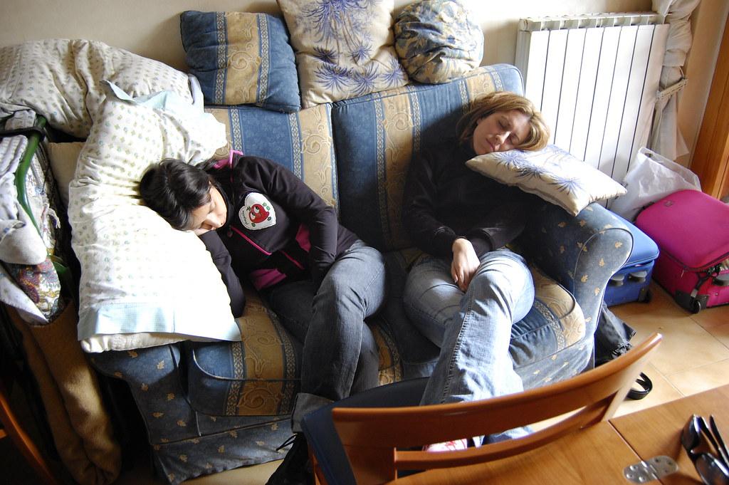 Dolce dormire viviana e carmen sul divano buona notte - Dormire sul divano ...