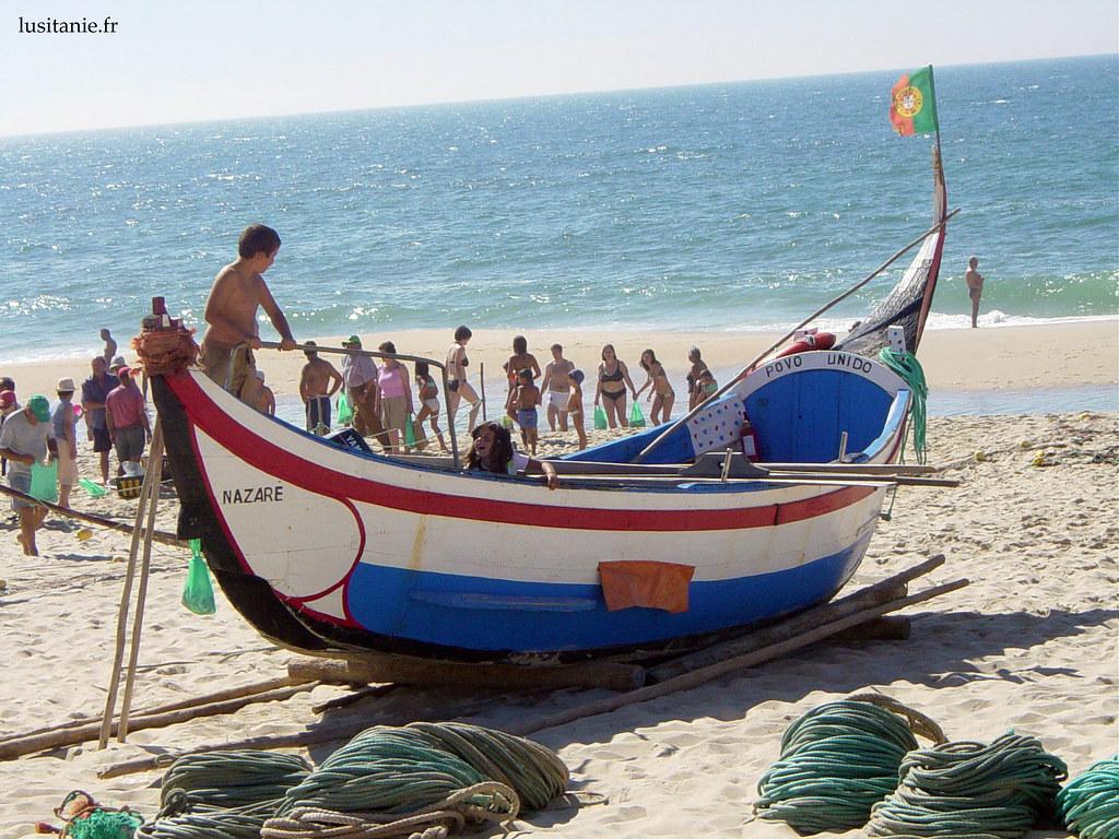 Enfants s'amusant dans le petit bateau de pêche