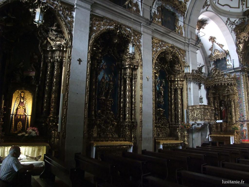 Les décorations sont à base de bois peintes à lor