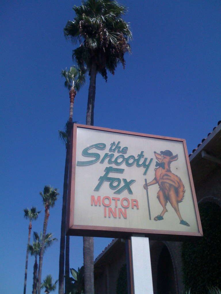 The snooty fox motor inn what i saw while walking the for Snooty fox motor inn