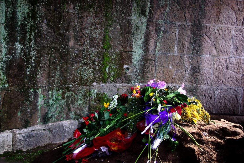 Caesars Grave | Many people still leave fresh flowers on ...