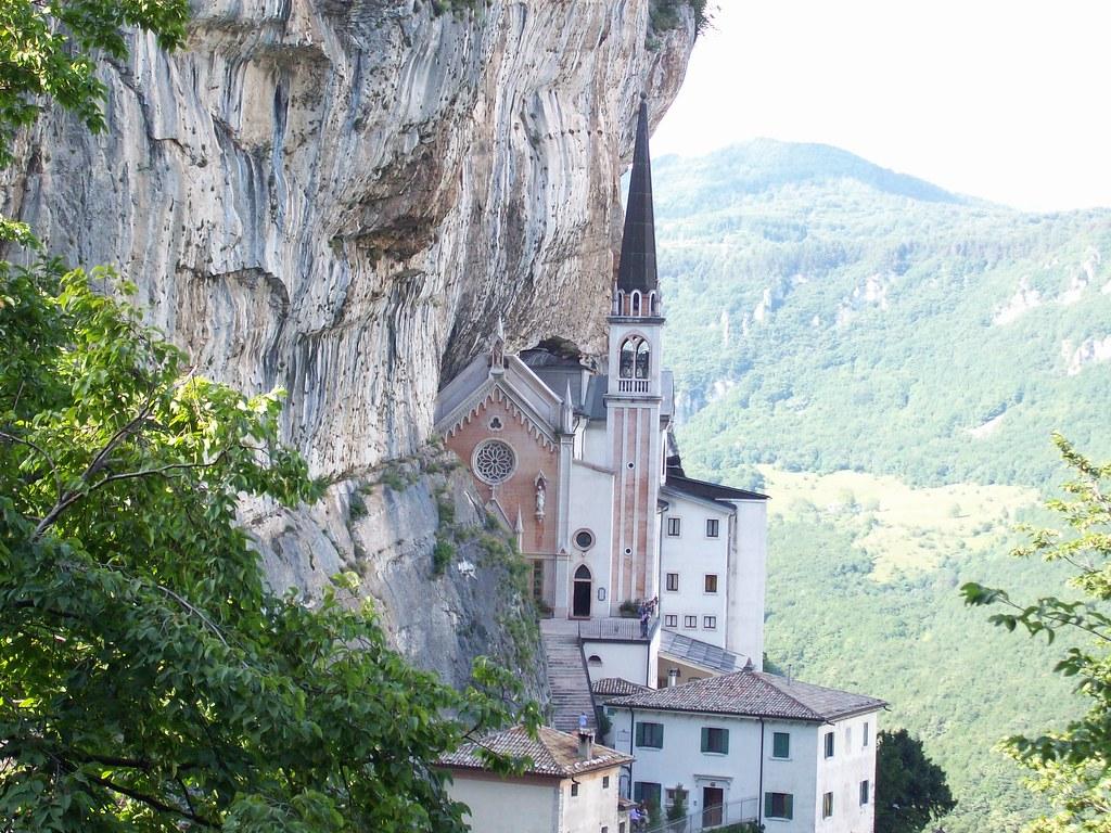 Ferrara di monte baldo vr santuario madonna della corona for Santuario madonna della corona