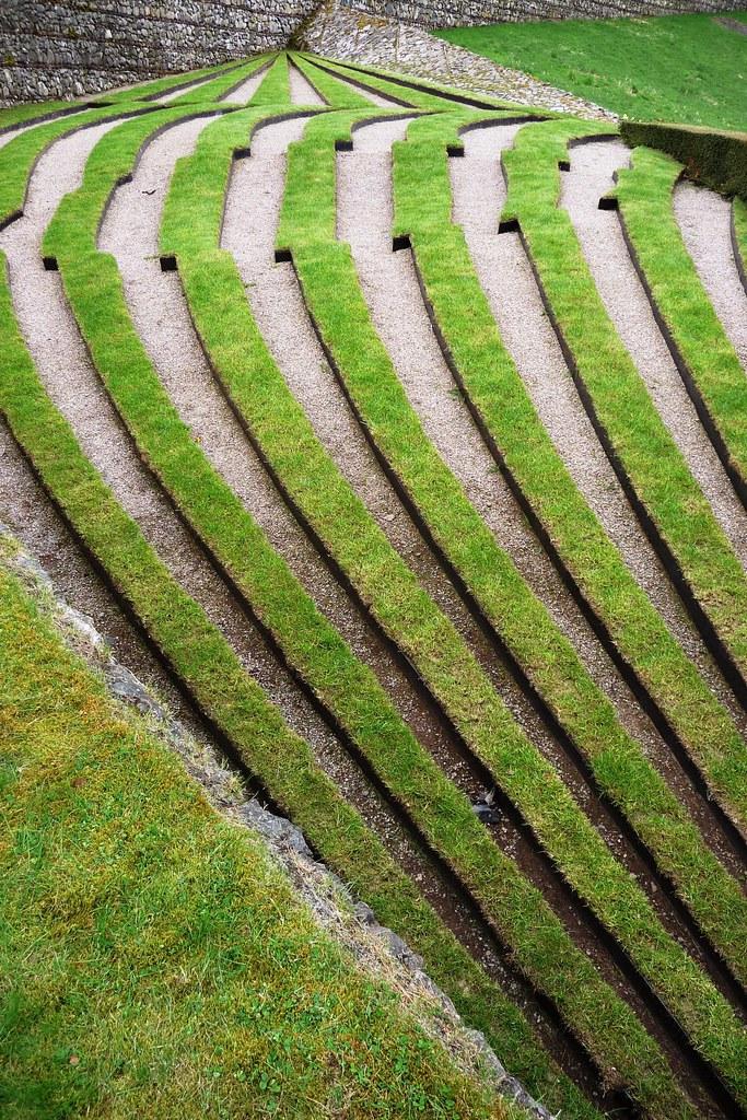 Symmetry break terrace charles jencks 39 garden of cosmic for Terrace garden meaning
