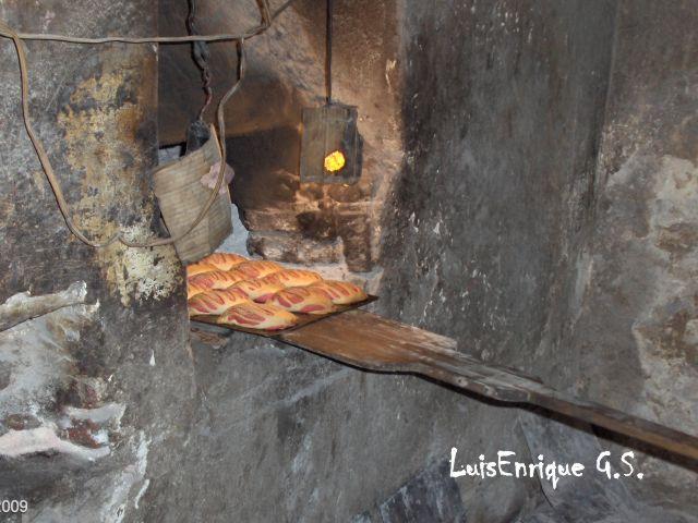 Sacando el pan horno le a luis enrique g mez s nchez - Horno de piedra casero ...