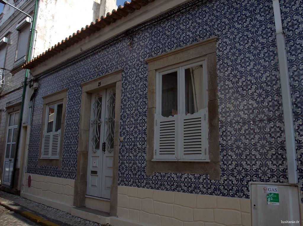 Petite maison recouverte de azulejos