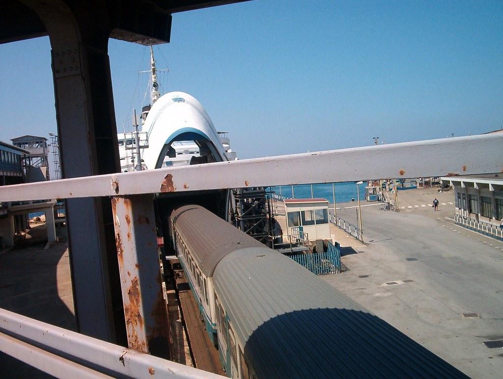 Treno sullo stretto stretto di messina l 39 imbarco dei for Ponte delle cabine di rapsodia dei mari 2