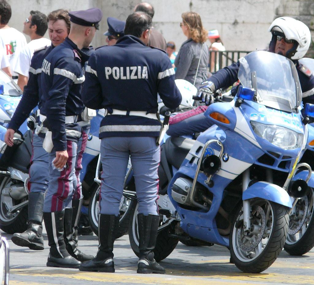 Polizia di stato italian police giro d italia for Polizia di stato roma permesso di soggiorno