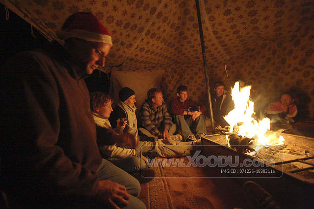 ... 071226-1838211a-wprasek-huddling-around-c&-fire-in- : fire in tent - memphite.com