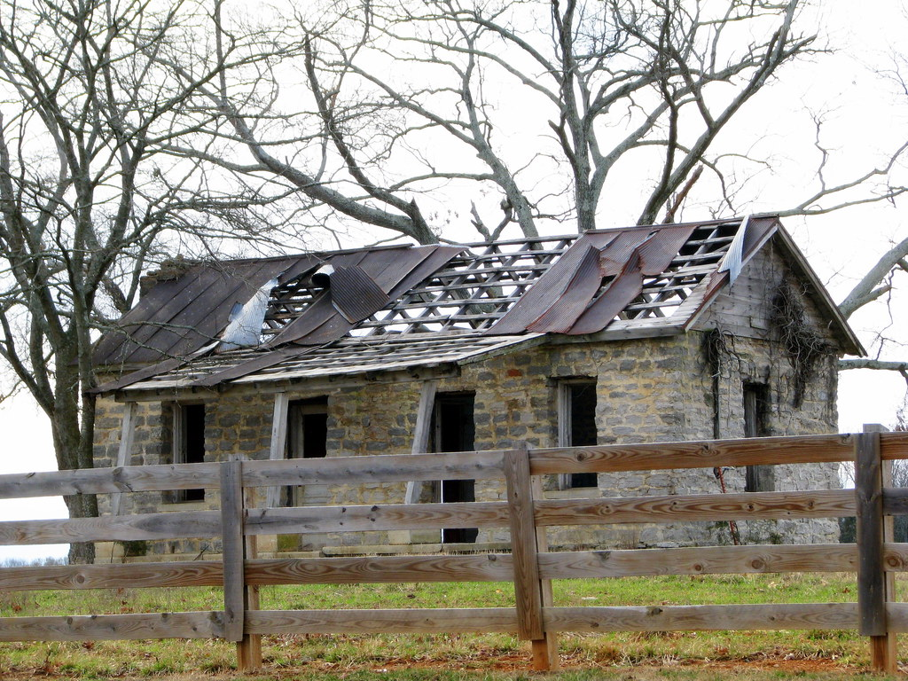 Old decaying house | Very old house seen in rural ...