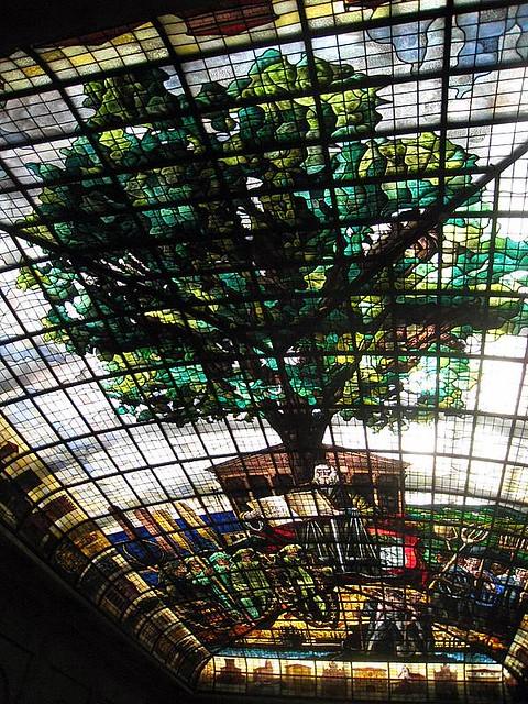 La salle du vitrail dans la maison des assembl es guer for Andrieux la maison du vitrail