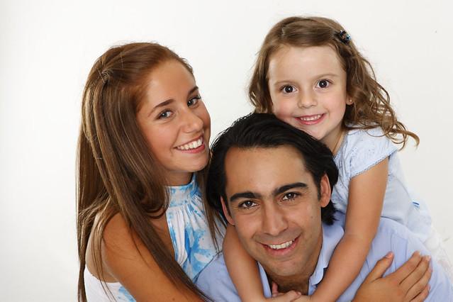 Marco y sus hijas   Acompañado de sus dos hijas, Manuela y F ...