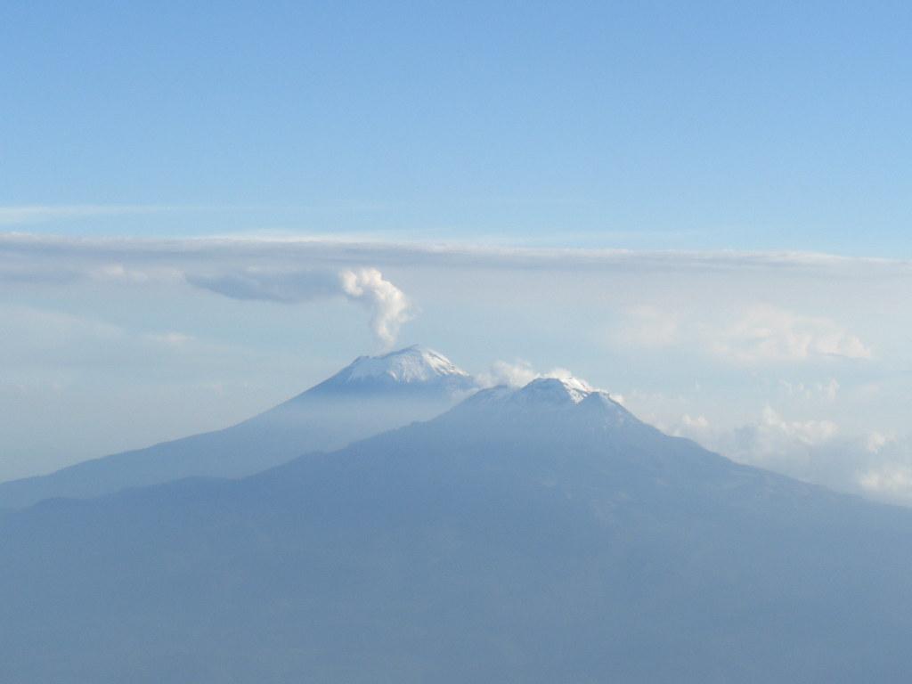 Ixtla y Popo | Vista aerea de los volcanes Popocatépetl y el… | Flickr