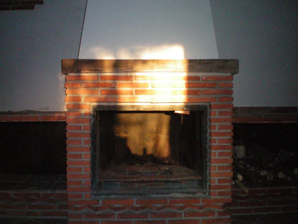 Chimenea de ladrillo rustico y hogar metalico con repisa d for Construccion de chimeneas de ladrillo