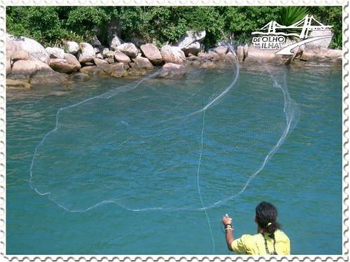 Pesca artesanal de tarrafa no canal da barra leste da - Redes de pesca decorativas ...