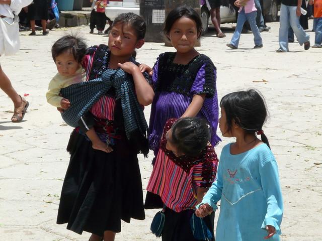 Resultado de imagen de niños cuidando a otros niños