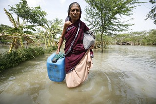 Bangladesh- women searched for drinking water after Cyclone Aila hits | by Oxfam International