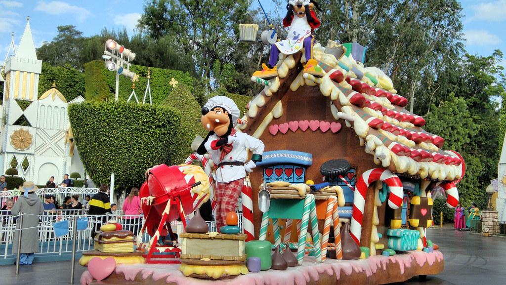 Disneyland Christmas Fantasy Parade | Goofy and son build