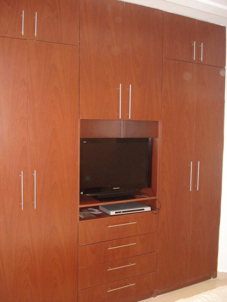 Closet en mdf color cedro con maletero gavetones colgade for Closets modernos bogota