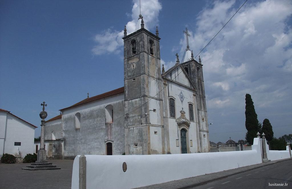On aperçoit le pelourinho tout proche de l'église