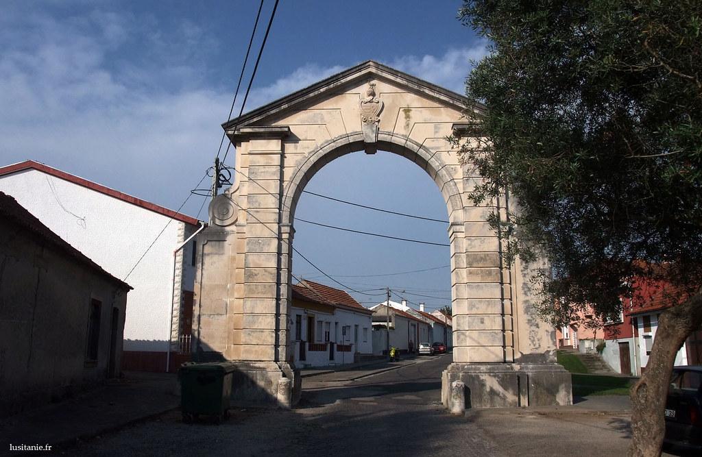 De l'autre coté de l'arc, les armoiries en haut changent, direction la ville.