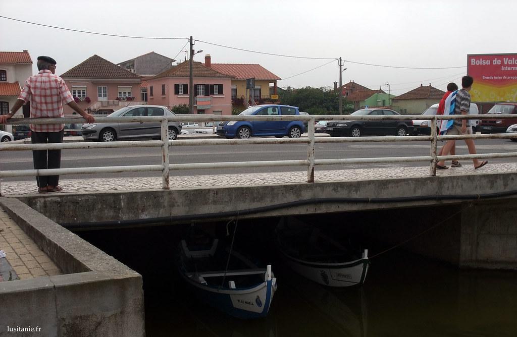Regardez sous le pont, deux bateaux de pêche, un aux couleurs du FC Porto, un autre du Sporting!