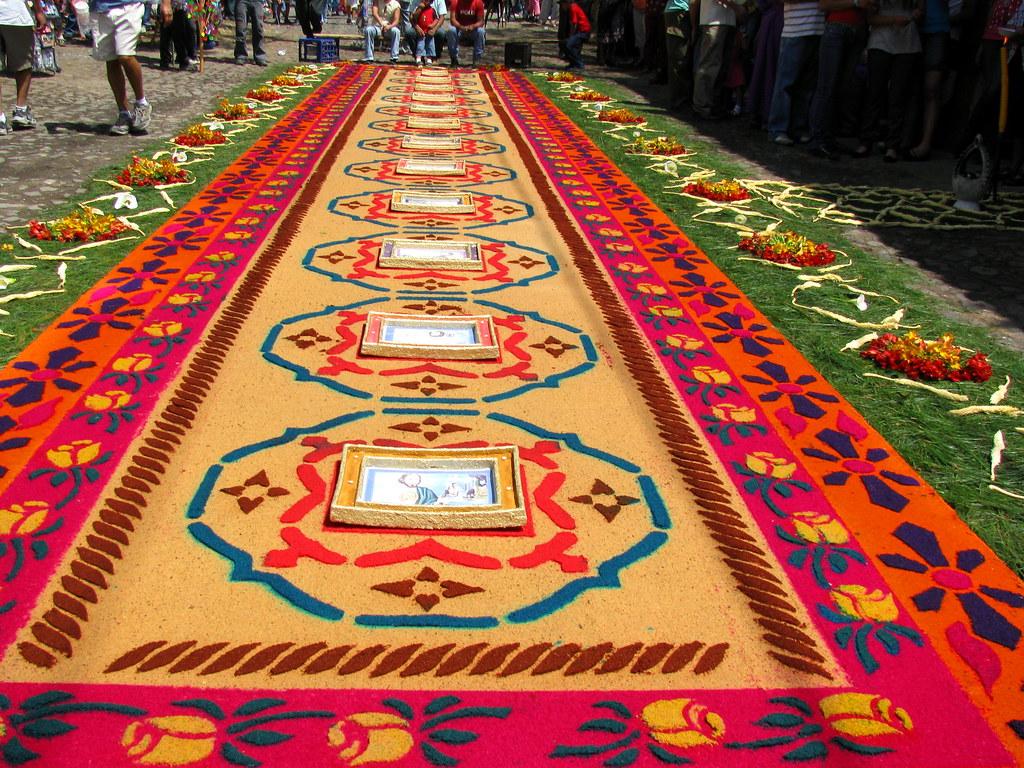 Alfombra de aserr n y flores para la procesion de jes s na flickr - Alfombras minimalistas ...