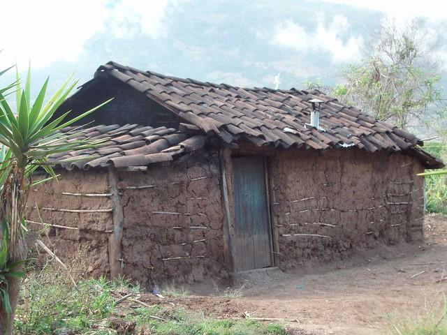Casa con tejas y paredes de lodo home with tile roof and - Casas con tejas ...
