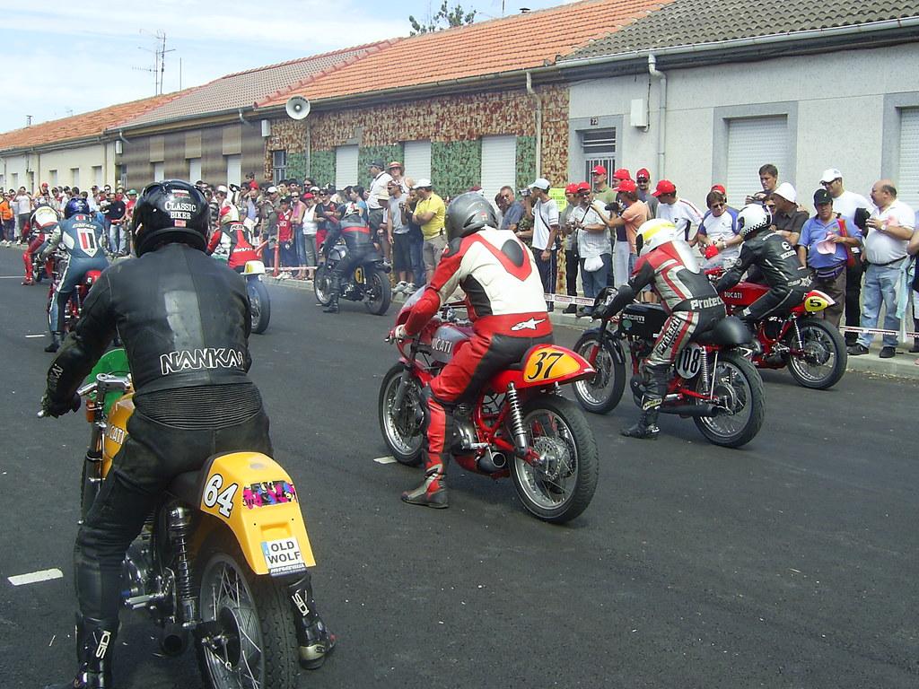 Circuito La Bañeza : Motos clásicas en la bañeza salida de una las